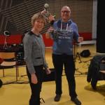 Henk Eggink heeft 25 jaar zijn EHBO diploma en ontvangt hiervoor een speldje en bloemetje