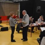 Jan Veldhof heeft al 50 jaar zijn EHBO diploma en ontvangt hiervoor een bloemetje