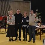 Hilde-Zita, Hans, Ria en Rienk ontvangen een bloemetje voor hun inzet voor de jubileumcommissie en het organiseren van het jubileumfeest