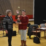 Ryanne Eggink ontvangt een bloemetje, omdat zij afgelopen jaar de verenigingsarts is geworden